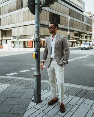 Cómo combinar: blazer de lana gris, camisa de manga larga blanca, pantalón de vestir blanco, mocasín de ante en marrón oscuro