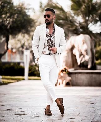 Cómo combinar: blazer blanco, camisa de manga larga estampada blanca, pantalón de vestir blanco, mocasín con borlas de ante en marrón oscuro