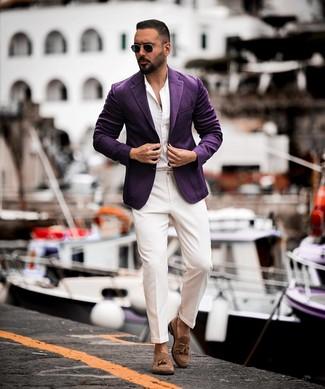 Cómo combinar: blazer en violeta, camisa de manga larga blanca, pantalón de vestir blanco, mocasín con borlas de ante marrón