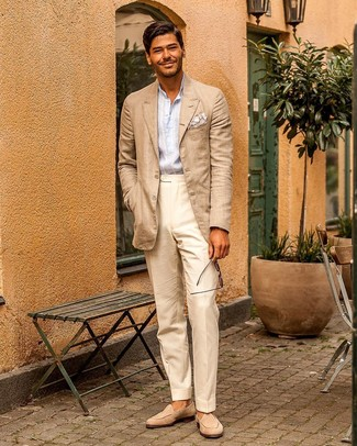 Cómo combinar: blazer en beige, camisa de manga larga de rayas verticales celeste, pantalón de vestir en beige, mocasín de ante en beige