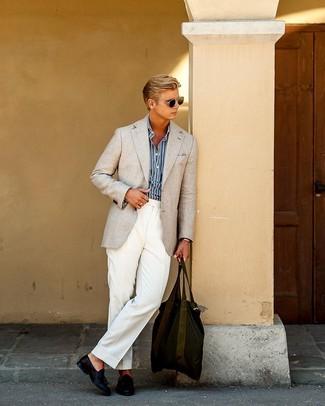 Cómo combinar: blazer en beige, camisa de manga larga de rayas verticales en azul marino y blanco, pantalón de vestir blanco, mocasín con borlas de cuero azul marino