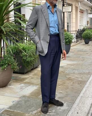 Cómo combinar: blazer a cuadros gris, camisa de manga larga celeste, pantalón de vestir azul marino, mocasín con borlas de ante negro