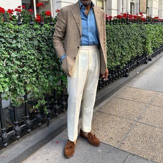 Cómo combinar una camisa de manga larga azul: Elige una camisa de manga larga azul y un pantalón de vestir blanco para rebosar clase y sofisticación. Mocasín con borlas de ante marrón son una opción perfecta para complementar tu atuendo.