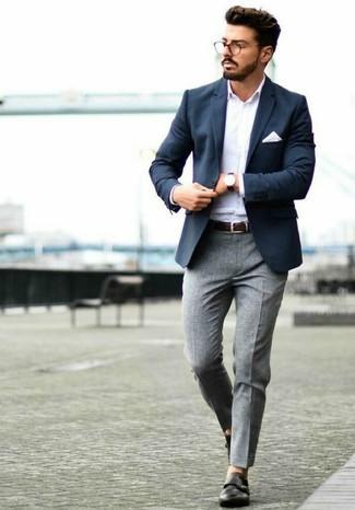 Cómo combinar: blazer azul marino, camisa de manga larga blanca, pantalón de vestir de lana gris, zapatos con doble hebilla de cuero negros