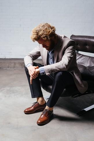 Cómo combinar un blazer gris: Opta por un blazer gris y un pantalón de vestir de seersucker negro para rebosar clase y sofisticación. Zapatos derby de cuero marrónes son una opción inigualable para completar este atuendo.