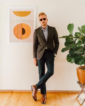 Cómo combinar un pantalón de vestir verde oscuro: Equípate un blazer de tartán en marrón oscuro con un pantalón de vestir verde oscuro para una apariencia clásica y elegante. Zapatos derby de cuero marrónes son una opción atractiva para complementar tu atuendo.