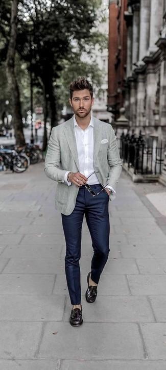 Cómo combinar un blazer con un mocasín con borlas: Emparejar un blazer con un pantalón de vestir de rayas verticales azul marino es una opción inigualable para una apariencia clásica y refinada. Mocasín con borlas son una opción buena para complementar tu atuendo.