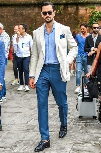 Cómo combinar un pantalón de vestir azul en verano 2020: Empareja un blazer de lino blanco junto a un pantalón de vestir azul para una apariencia clásica y elegante. Mocasín con borlas de cuero negro son una opción buena para completar este atuendo. Este atuendo es una idea perfecta si tu buscas un atuendo veraniego.