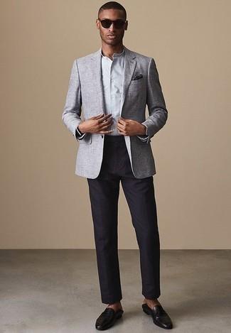 Cómo combinar un pantalón de vestir azul marino: Luce lo mejor que puedas en un blazer gris y un pantalón de vestir azul marino. Mocasín de cuero negro son una opción incomparable para completar este atuendo.