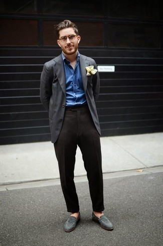 Cómo combinar un pantalón de vestir en gris oscuro: Elige un blazer en gris oscuro y un pantalón de vestir en gris oscuro para rebosar clase y sofisticación. Mocasín de ante gris son una opción grandiosa para complementar tu atuendo.