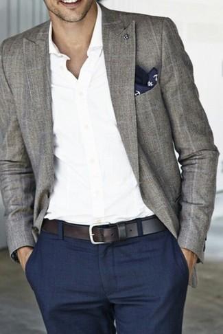 Cómo combinar: blazer de tartán gris, camisa de manga larga blanca, pantalón de vestir azul marino, pañuelo de bolsillo estampado en azul marino y blanco