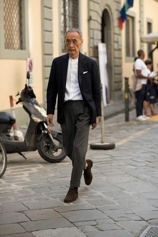 Outfits hombres: Usa un blazer negro y un pantalón de vestir en gris oscuro para una apariencia clásica y elegante. Si no quieres vestir totalmente formal, elige un par de botas safari de ante en marrón oscuro.