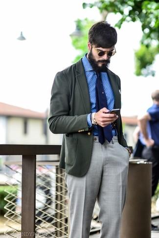 Cómo combinar: blazer en gris oscuro, camisa de manga larga de cambray a lunares en blanco y azul, pantalón de vestir gris, corbata azul marino