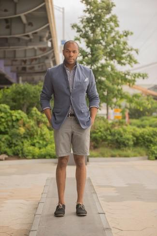 Cómo combinar: blazer gris, camisa de manga larga de cuadro vichy en blanco y negro, pantalones cortos en beige, zapatos derby de ante negros