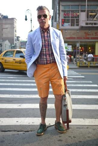 Look de Nick Wooster: Blazer Celeste, Camisa de Manga Larga de Tartán en Multicolor, Pantalones Cortos Naranjas, Zapatos Derby de Cuero Verde Oscuro