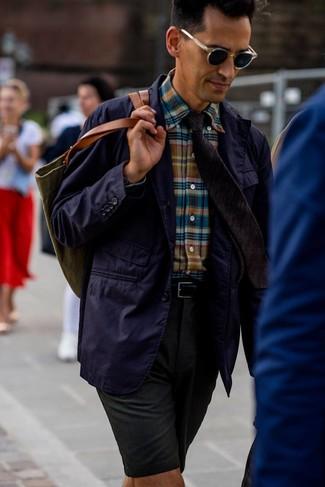 Cómo combinar: blazer de algodón en violeta, camisa de manga larga de tartán en multicolor, pantalones cortos verde oscuro, bolsa tote de lona verde oliva