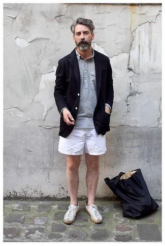 Cómo combinar unos pantalones cortos blancos: Elige un blazer negro y unos pantalones cortos blancos para lograr un look de vestir pero no muy formal. Si no quieres vestir totalmente formal, haz tenis de cuero blancos tu calzado.