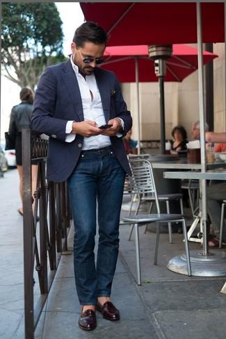 Look de moda: Blazer azul marino, Camisa de manga larga blanca, Vaqueros azul marino, Mocasín de cuero burdeos