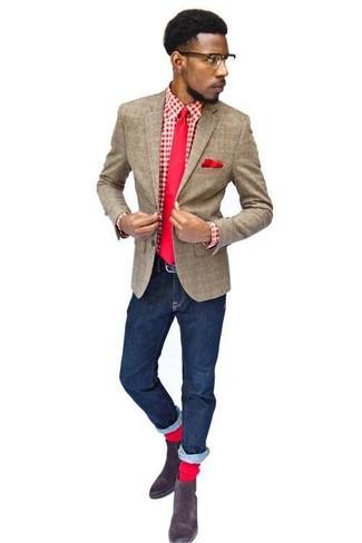 Cómo combinar: blazer de lana a cuadros marrón, camisa de manga larga de cuadro vichy en rojo y blanco, vaqueros azul marino, botines chelsea de ante en marrón oscuro