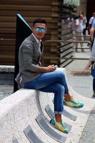 Cómo combinar: blazer estampado gris, camisa de manga larga blanca, vaqueros azules, tenis amarillos