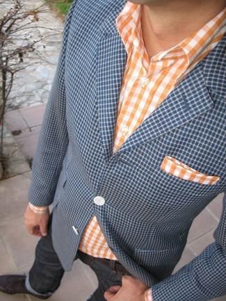 Cómo combinar: blazer de cuadro vichy azul, camisa de manga larga de cuadro vichy naranja, vaqueros en gris oscuro, zapatos brogue de cuero en marrón oscuro