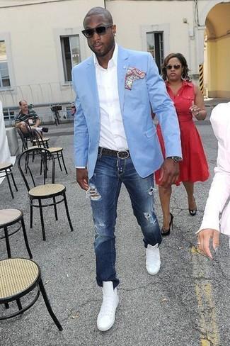 Cómo combinar: blazer celeste, camisa de manga larga blanca, vaqueros desgastados azul marino, zapatillas altas de cuero blancas