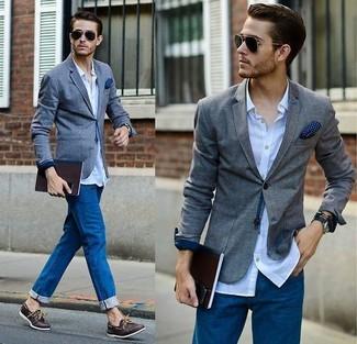 Cómo combinar: blazer gris, camisa de manga larga celeste, vaqueros azules, náuticos de cuero en marrón oscuro