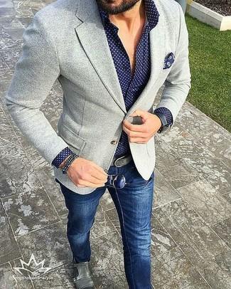 Intenta combinar un blazer de punto gris con unos vaqueros azul marino para una apariencia fácil de vestir para todos los días. Luce este conjunto con zapatos con doble hebilla de cuero grises.