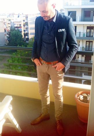 Cómo combinar: blazer azul marino, camisa de manga larga a cuadros en azul marino y blanco, vaqueros marrón claro, zapatos derby de cuero marrón claro