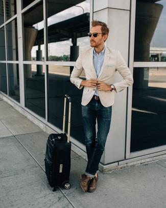 Cómo combinar: blazer en beige, camisa de manga larga celeste, vaqueros azul marino, zapatos oxford de cuero en marrón oscuro