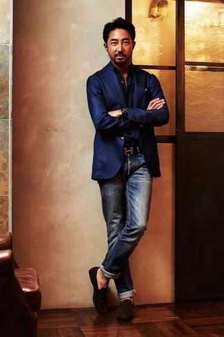 Cómo combinar una camisa de manga larga negra para hombres de 40 años: Opta por una camisa de manga larga negra y unos vaqueros azul marino para una vestimenta cómoda que queda muy bien junta. Mocasín de ante en marrón oscuro son una opción práctica para completar este atuendo.