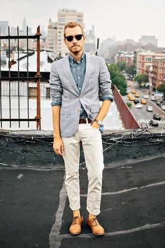 Equípate una camisa de manga larga de cambray azul junto a unos vaqueros blancos para una apariencia fácil de vestir para todos los días. ¿Te sientes valiente? Opta por un par de zapatos oxford de cuero marrón claro.