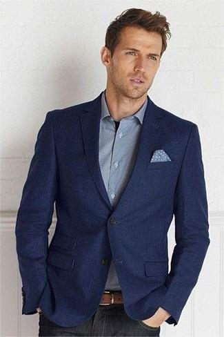 Cómo combinar: blazer de lana azul marino, camisa de manga larga gris, vaqueros negros, pañuelo de bolsillo a lunares celeste