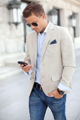 Perfecciona el look casual elegante en un blazer de lino beige y unos pantalones.