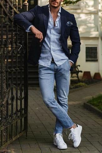 Cómo combinar: blazer azul marino, camisa de manga larga de rayas verticales celeste, vaqueros celestes, tenis de cuero blancos