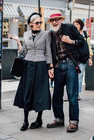 Cómo combinar un blazer de rayas verticales en negro y blanco: Elige un blazer de rayas verticales en negro y blanco y unos vaqueros azul marino para lidiar sin esfuerzo con lo que sea que te traiga el día. Botas brogue de cuero marrónes proporcionarán una estética clásica al conjunto.