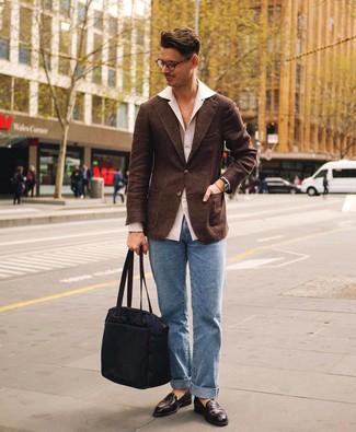 Cómo combinar un blazer de lana en marrón oscuro: Utiliza un blazer de lana en marrón oscuro y unos vaqueros celestes para las 8 horas. ¿Te sientes valiente? Completa tu atuendo con mocasín de cuero en marrón oscuro.