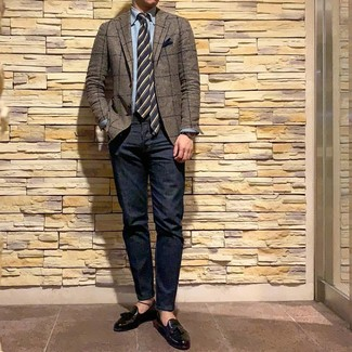 Look de moda: Blazer a cuadros marrón, Camisa de manga larga de cambray celeste, Vaqueros azul marino, Mocasín con borlas de cuero negro