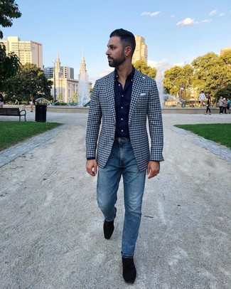 Cómo combinar: blazer de cuadro vichy azul marino, camisa de manga larga azul marino, vaqueros azules, mocasín de ante negro