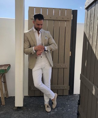 Cómo combinar: blazer en beige, camisa de manga larga blanca, vaqueros blancos, mocasín con borlas de ante en beige