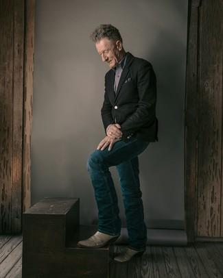 Cómo combinar unos vaqueros azul marino para hombres de 60 años: Elige un blazer negro y unos vaqueros azul marino para el after office. ¿Quieres elegir un zapato informal? Completa tu atuendo con botas camperas de cuero grises para el día.