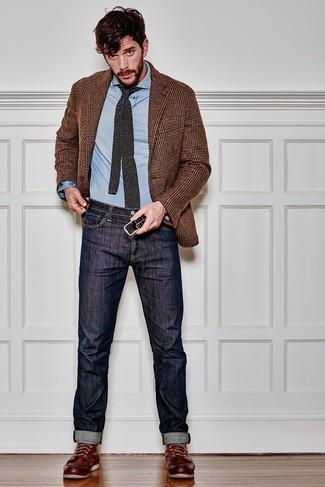 Outfits hombres: Intenta ponerse un blazer de pata de gallo marrón y unos vaqueros azul marino para una apariencia fácil de vestir para todos los días. ¿Quieres elegir un zapato informal? Elige un par de botas de trabajo de cuero burdeos para el día.