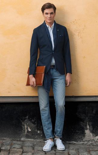 Cómo combinar un portafolio de cuero marrón: Para un atuendo tan cómodo como tu sillón elige un blazer azul marino y un portafolio de cuero marrón. Opta por un par de tenis de lona blancos para mostrar tu inteligencia sartorial.