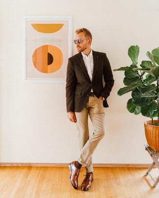 Cómo combinar una correa de cuero en marrón oscuro: Opta por un blazer de lana a cuadros en marrón oscuro y una correa de cuero en marrón oscuro transmitirán una vibra libre y relajada. ¿Te sientes valiente? Complementa tu atuendo con zapatos derby de cuero marrónes.