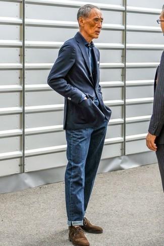 Cómo combinar unos vaqueros azul marino para hombres de 60 años: Intenta combinar un blazer azul marino con unos vaqueros azul marino para después del trabajo. Botas safari de ante en marrón oscuro son una opción estupenda para complementar tu atuendo.