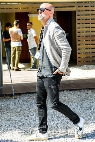 Cómo combinar unos tenis de cuero en blanco y negro: Ponte un blazer de lino gris y unos vaqueros desgastados negros para lidiar sin esfuerzo con lo que sea que te traiga el día. Tenis de cuero en blanco y negro son una opción buena para completar este atuendo.