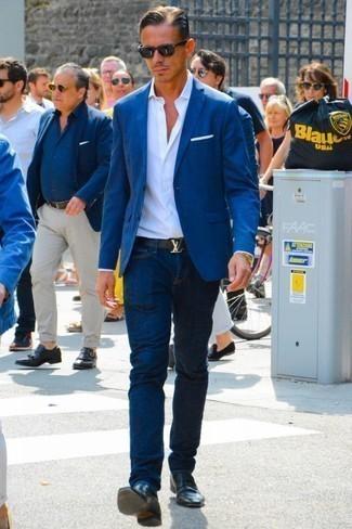 Cómo combinar un mocasín de cuero negro: Ponte un blazer azul marino y unos vaqueros azul marino para después del trabajo. Elige un par de mocasín de cuero negro para mostrar tu inteligencia sartorial.