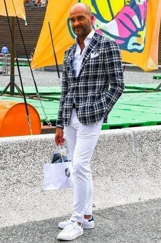 Cómo combinar unos tenis en blanco y azul marino: Los días ocupados exigen un atuendo simple aunque elegante, como un blazer de tartán en azul marino y blanco y unos vaqueros blancos. Tenis en blanco y azul marino contrastarán muy bien con el resto del conjunto.