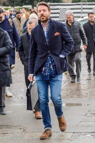 Cómo combinar un portafolio de cuero negro: Casa un blazer de lana azul marino junto a un portafolio de cuero negro transmitirán una vibra libre y relajada. Haz zapatos derby de ante marrónes tu calzado para mostrar tu inteligencia sartorial.