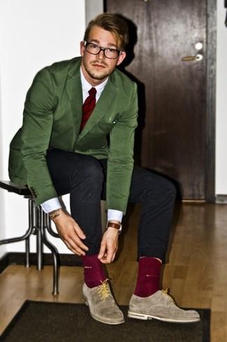 Cómo combinar: blazer verde, camisa de manga larga blanca, vaqueros negros, zapatos derby de ante grises